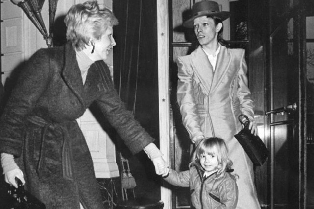 Angela (Angie) Bowie en compagnie de son fils... (PHOTO ARCHIVES AFP)
