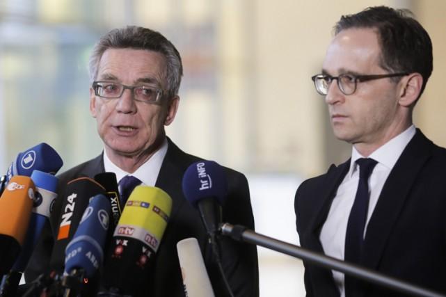 Le ministre de l'Intérieur Thomas de Maizière et... (PHOTO AP)