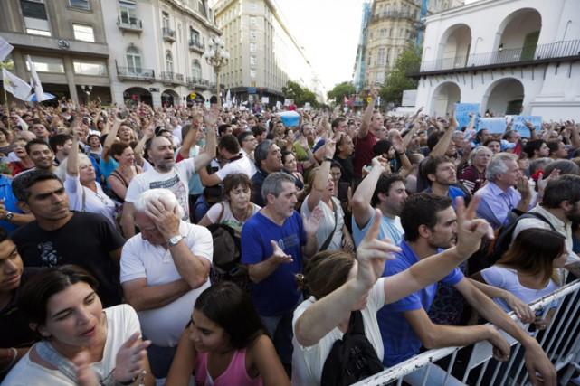 Des dizaines de milliers de militants de l'opposition ont protesté mardi à... (PHOTO AP)