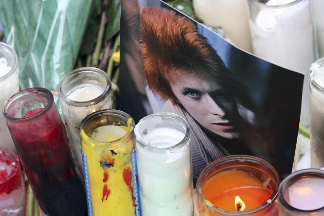 Des fans ont rendu hommage à David Bowie... (AP, Mary Altaffer)