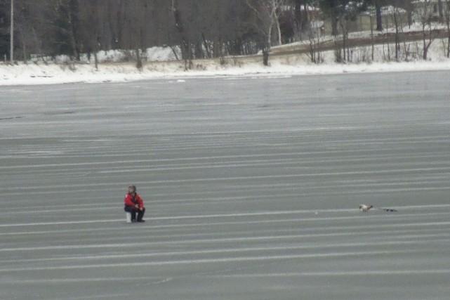 Plusieurs personnes se sont aventurées sur le lac... (Fournie)