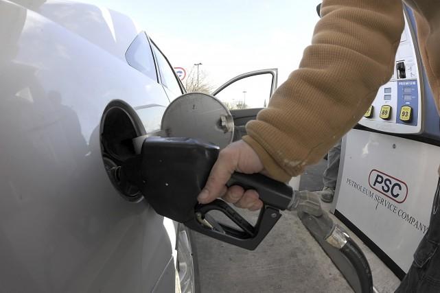 Le récent déclin des cours du pétrole brut force les banques canadiennes à... (AP, Mark Moran)