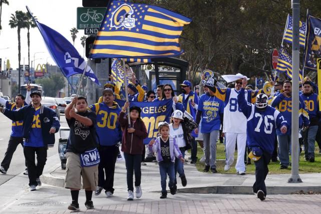 Dimanche dernier, des partisans des Rams ont manifesté... (Associated Press)