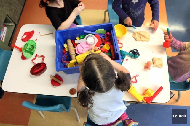 Des enfants jouent dans un CPE.... (PHOTO ARCHIVES LE DROIT)