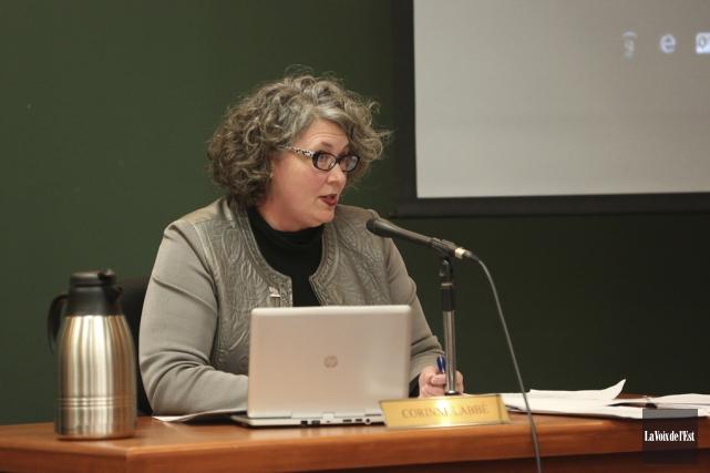 La mairesse suppléante Corinne Labbé s'est montrée incisive... (Julie Catudal, La Voix de l'Est)