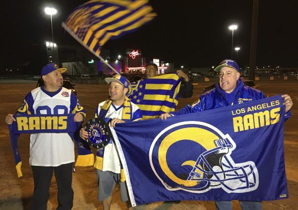 À Los Angeles, des partisans se réjouissaient, mardi,... (AP, Damian Dovarganes)