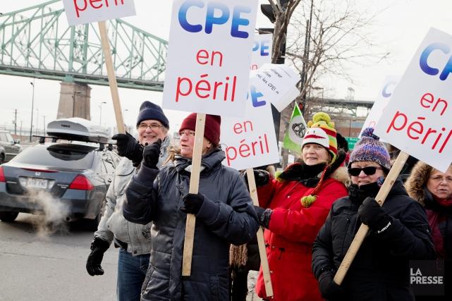 Des dizaines de travailleurs de Centres dela petite... (PHOTO ALAIN ROBERGE, ARCHIVES LA PRESSE)