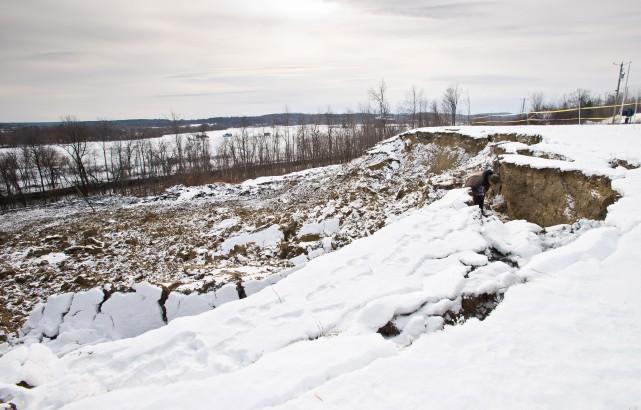 Le glissement de terrain survenu à proximité de la route 108-143 dans... (Spectre Média, Jessica Garneau)