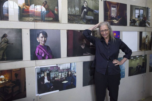 La photographe Annie Leibovitz devant ses oeuvres.... (PHOTO AFP)