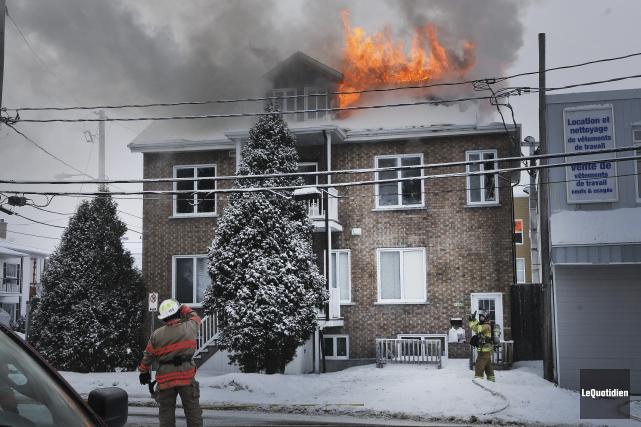 Un incendie a complètement ravagé une maison à... (Photo Le Quotidien, Rocket Lavoie)