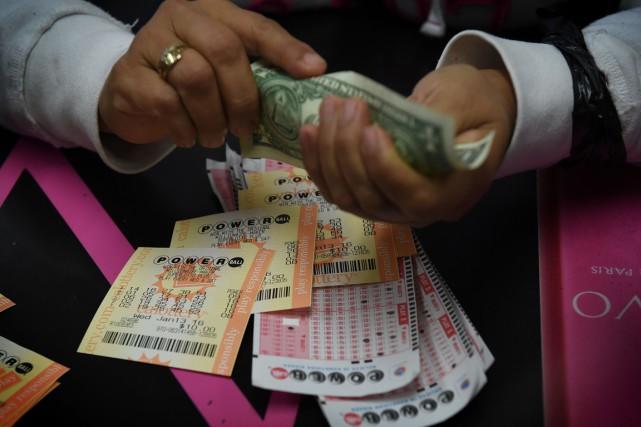 Trois billets gagnants vont se partager le super gros lot du Powerball, une... (PHOTO AFP)