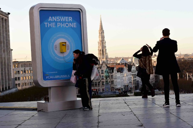 Des téléphones publics ont été installés pour permettre... (AFP, Emmanuel Dunand)