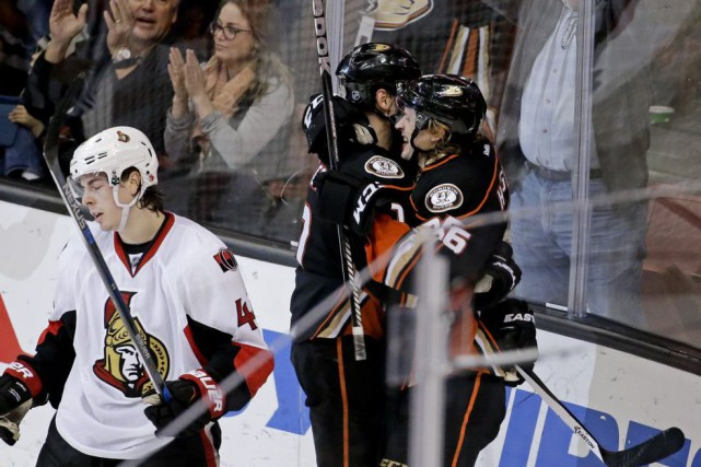 Ryan Kesler et Carl Hagelin célèbrent le but de... (Chris Carlson, AP)