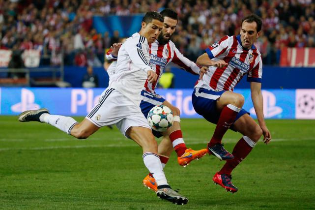Les deux principaux clubs de Madrid, le Real et l'Atletico, ont été interdits... (Photo Paul Hanna, archives Reuters)