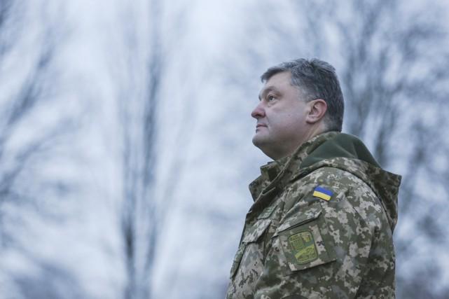 Le président Petro Porochenko en treillis militaire, à... (PHOTO MIKHAIL PALINCHAK, ARCHIVES REUTERS)