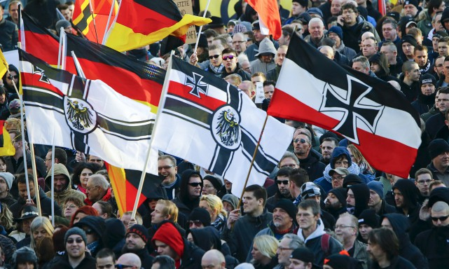 Des sympathisants du mouvement islamophobe et anti-immigration PEGIDA... (PHOTO WOLFGANG RATTAY, REUTERS)