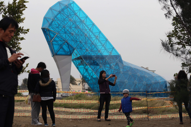 L'escarpin géant de 17 mètres de hauta été... (Photo AFP)