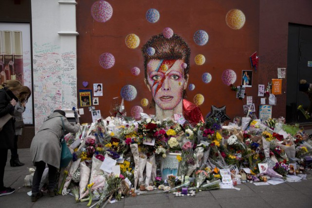 Les admirateurs de David Bowie continuent d'affluer à... (Photo Matt Dunham, AP)