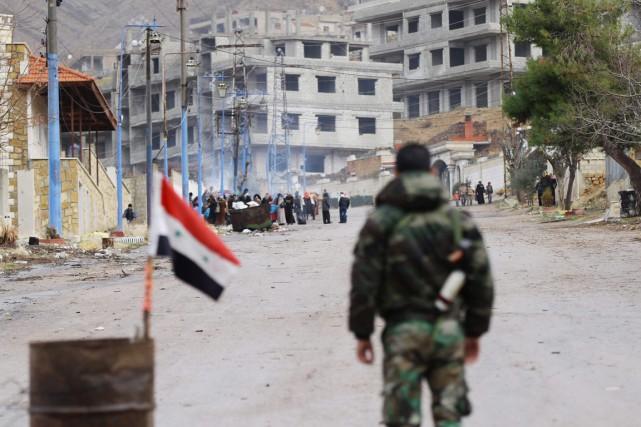 Un membre des forces du régime monte la... (PHOTO LOUAI BESHARA, AFP)