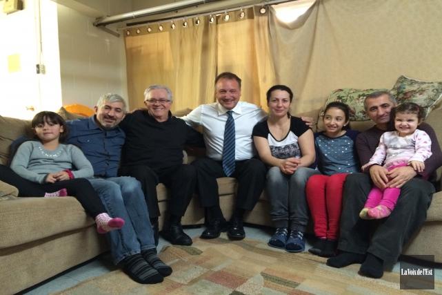 La famille Turk, photographiée en compagnie du maire... (Julie Catudal, La Voix de l'Est)