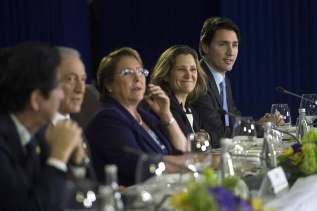 Le PM Justin Trudeau aux côtés de la... (Photo Sean Kilpatrick, archives PC)