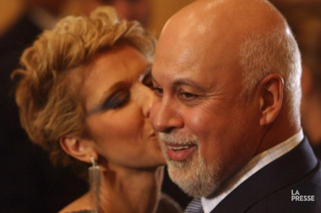 Céline Dion pose un baiser sur la joue... (Bernard Brault, Archives La Presse)