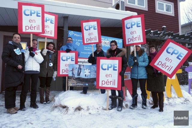 Hier, les employés du CPE Le Grand Chapiteau... (Alain Dion, La Voix de l'Est)