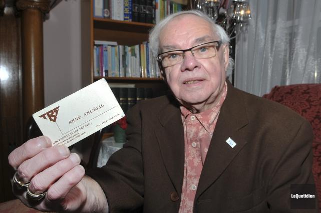 Klaude Poulin chérit cette carte d'affaires que lui... (Photo Le Quotidien, Rocket Lavoie)