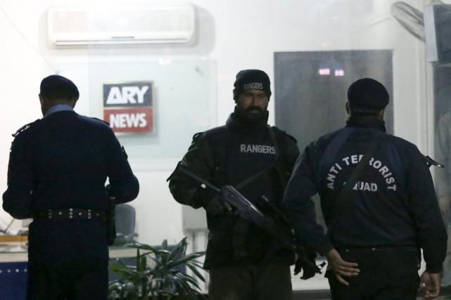 Des paramilitaires montent la garde devant les bureaux... (Photo Caren Firouz, Reuters)