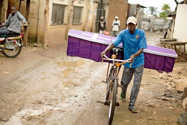 Un homme pousse son vélo sur lequel repose... (PHOTO GRIFF TAPPER, ARCHIVES AFP)