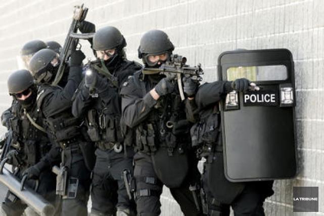 Le Groupe d'intervention du Service de police de Sherbrooke a mis fin à une... (Archives La Tribune)