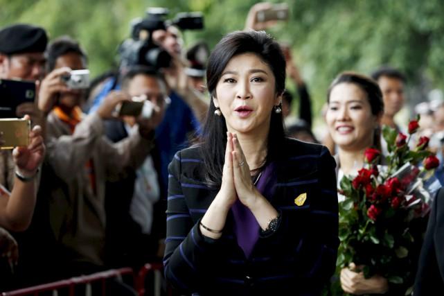 Devant une foule de journalistes, Yingluck Shinawatras'est déclarée... (PHOTO CHAIWAT SUBPRASOM, REUTERS)