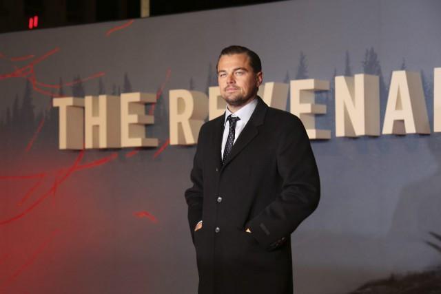 Leonardo DiCaprio pose pour les photographes lors de... (PHOTO JOEL RYAN, AP/INVISION)