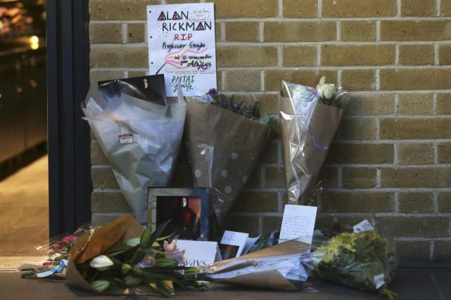 Certains ont déposé des fleurs, d'autres un petit mot. À Londres, devant le... (PHOTO REUTERS)
