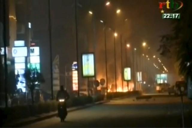 Une dizaine de voitures brûlaient dans la nuit... (Photo RTB via REUTERS)