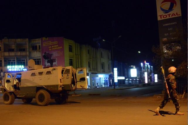 Les forces armées se rangent près de l'hôtel... (AFP, AHMED OUOBA)