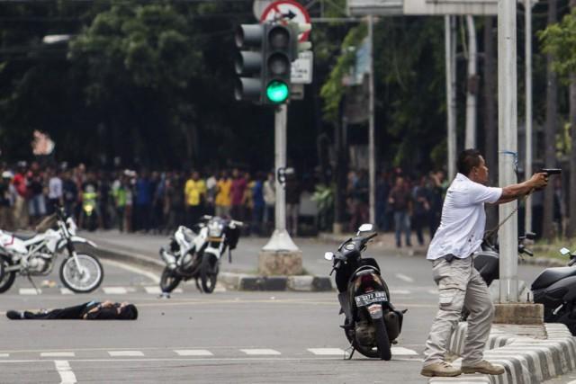 Un policier pointe son arme en direction d'un... (Photo AP)