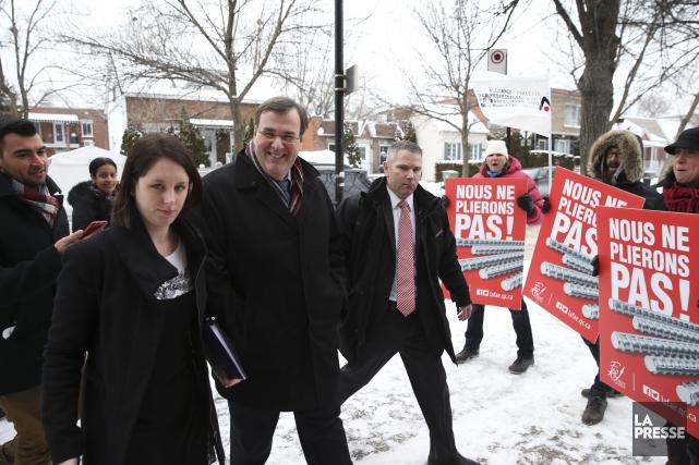 À son arrivée à l'école Saint-Jean-de-Matha, le ministre... (PHOTO Martin Chamberland, LA PRESSE)