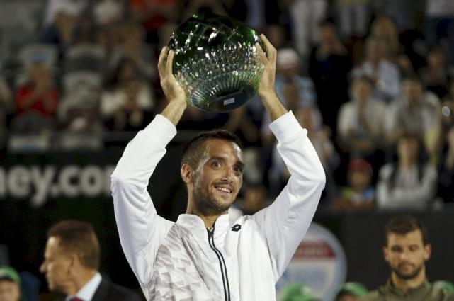 Viktor Troicki soulève son trophée après sa victoire... (PHOTO JASON REED, REUTERS)