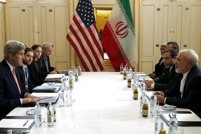 Le secrétaire d'État des États-Unis, John Kerry, discute... (Photo Kevin Lamarque, Reuters)