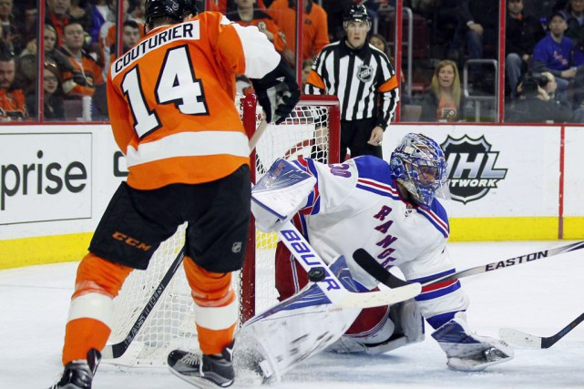 Sean Couturier et Henrik Lundqvist... (Photo Tom Mihalek, AP)
