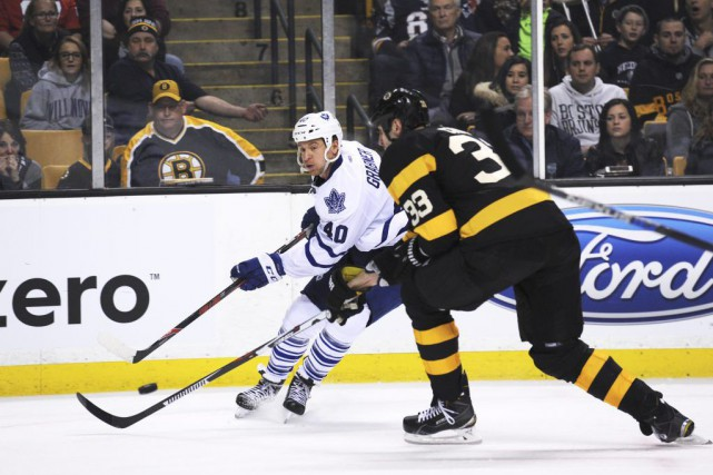 Michael Grabner et Zdeno Chara se disputent la... (Photo Bob DeChiara, USA Today)