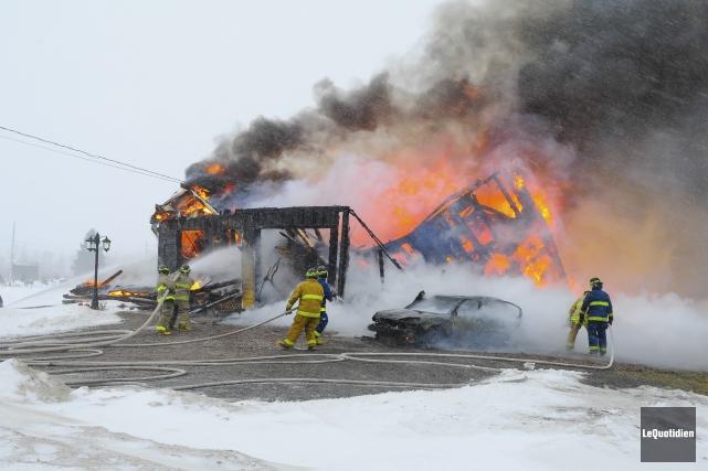 Les flammes se sont propagées à une vitesse... (Photo Le Quotidien, Gimmy Desbiens)
