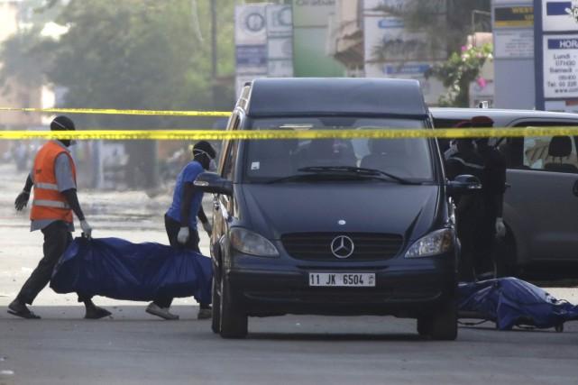 Les attentats ont fait au moins 23 morts,... (Photo AP)