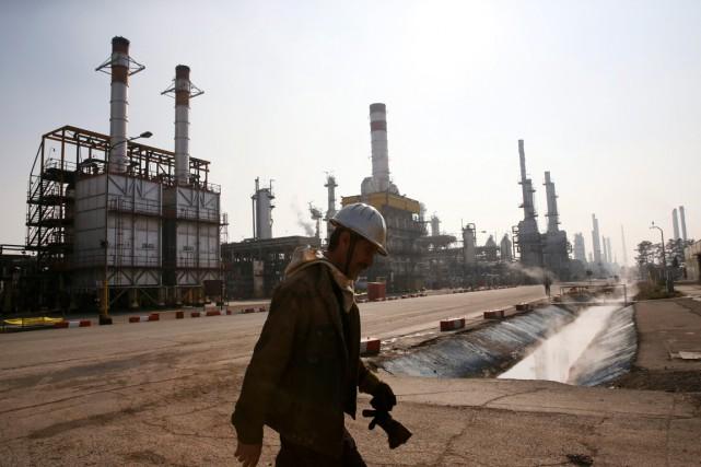 Un travailleur marche sur le terrain d'une raffinerie... (PHOTO VAHID SALEMI, ARCHIVES AP)