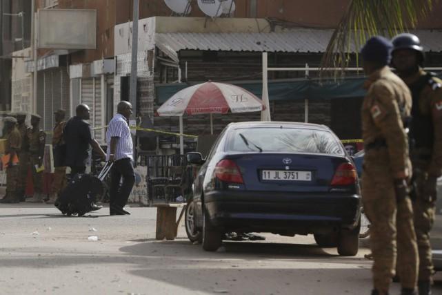 Les forces de l'ordre étaient en action dimanche... (Photo Sunday Alamba, AP)