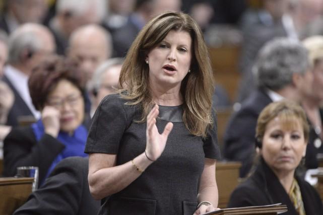 Rona Ambrose et les autres députés conservateurs se... (La Presse Canadienne, Adrian Wyld)