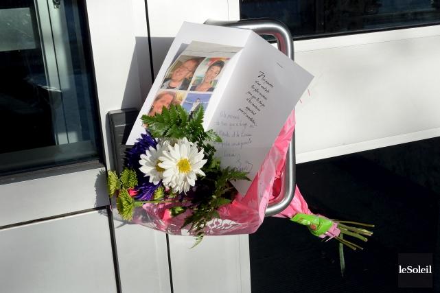 Des fleurs accrochées à la porte de l'école... (Le Soleil, Erick Labbé)