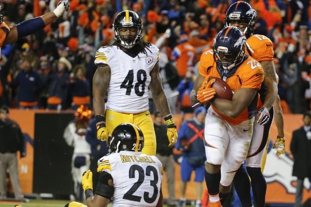 Le porteur de ballon des Broncos de Denver... (AP, Jack Dempsey)