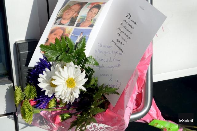 Un bouquet de fleurs en hommage aux victimes... (Le Soleil, Erick Labbé)